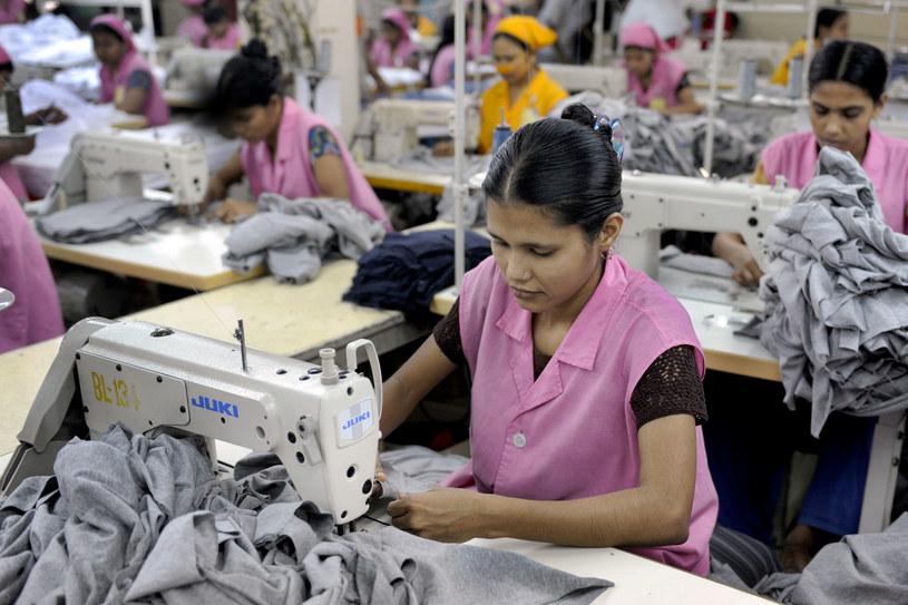 W azjatyckich fabrykach powstają nasze tanie ubrania. Ich prawdziwa cena przewyższa wielokrotnie tę podaną na metce /AFP