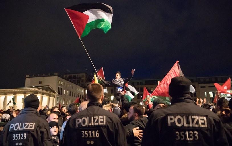 W Berlinie trwają protesty przeciw decyzji Trumpa w sprawie Jerozolimy /HAYOUNG JEON /PAP/EPA