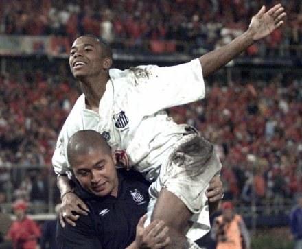 W Brazylii Robinho jest noszony na rękach przez kolegów z drużyny i kibiców /AFP