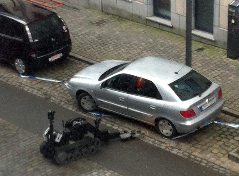 W Brukseli podwyższono środki bezpieczeństwa. Kontrola pojazdu, który mógł zawierać bombę. Bruksela 02.02. /PAP/EPA