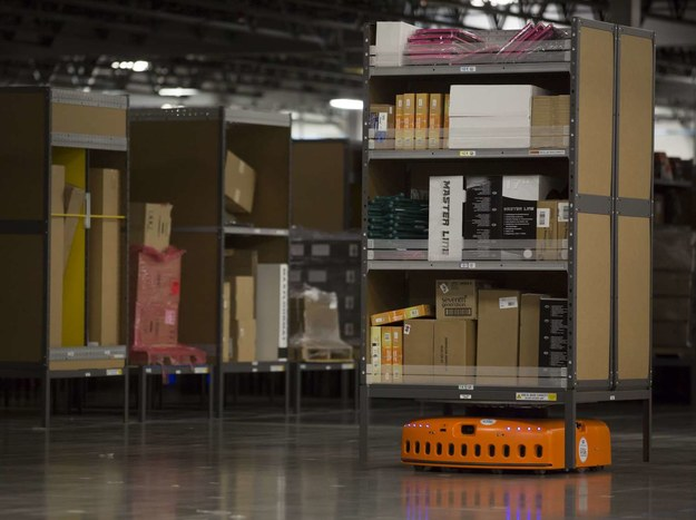 W centrum logistycznym firmy Amazon pod Wrocławiem zaczyna pracę kilkaset robotów /AFP