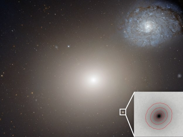 W centrum znajduje się M60, a nieco niżej M60-UCD1 /NASA