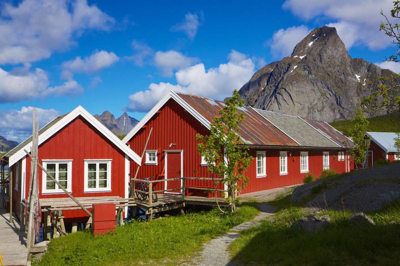 W charakterystycznych czerwonych domkach malowanych kiedyś tranem i krwią wieloryba mieszkali rybacy. Dziś to głównie apartamenty wakacyjne /©123RF/PICSEL