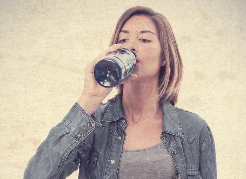 W codziennej diecie ważne jest przyjmowanie dużej ilości płynów /Picsel /123RF/PICSEL