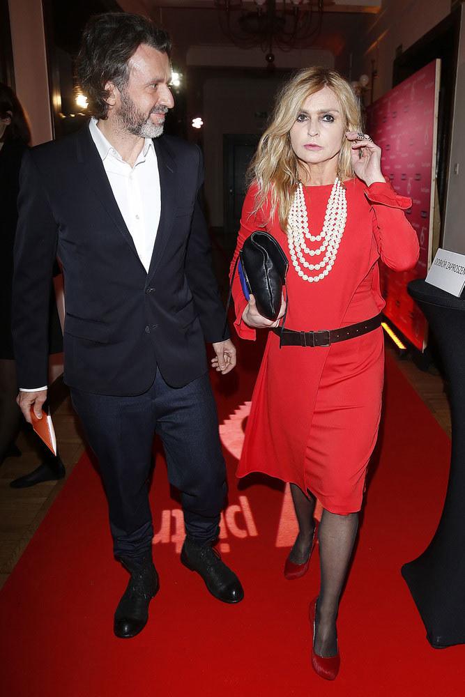 W czerwonej sukni na teatralnej premierze. /Baranowski /AKPA