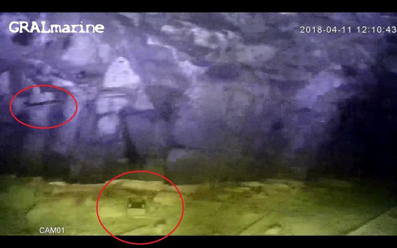 W czerwonych ramkach widoczne są wbity w ścianę pręt – końcówka wiertła oraz pod wodą – przedmiot przypominający detonator /Odkrywca