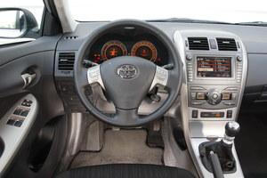 W czterodrzwiowej Corolli obyło się bez eksperymentów. Całość sprawia lepsze wrażenie niż w Aurisie. Czytelność bursztynowych zegarów Corolli i Aurisa jest wzorowa. /Motor