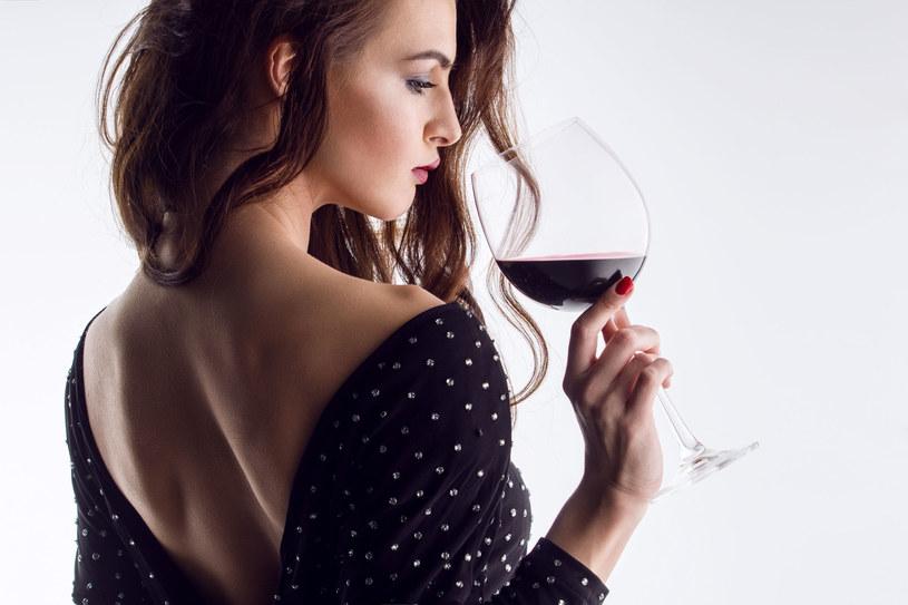 W dawnych czasach nie bez powodu mówiło się, że wino to trunek wytwornych dam /123RF/PICSEL