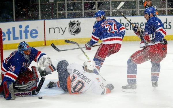 W derbach Nowego Jorku Islanders pokonali Rangers 3:2 /AFP