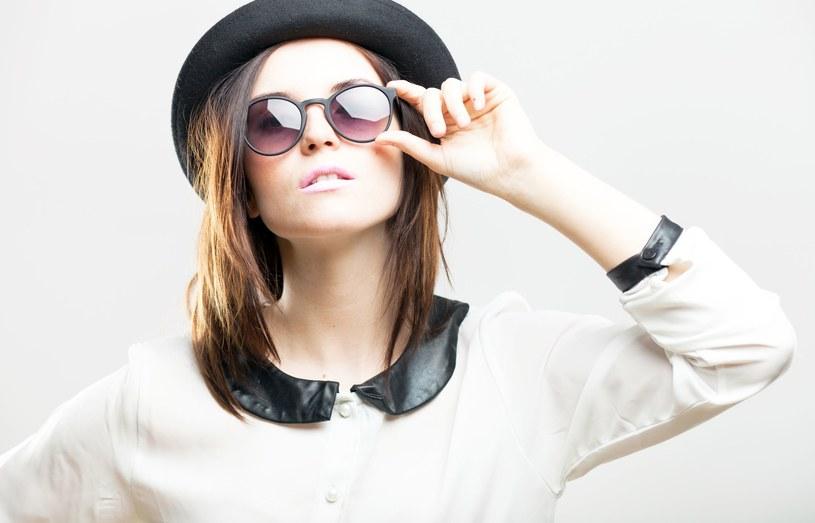 W doborze kapeluszy należy pamiętać o proporcjach i zachowaniu równowagi w całej stylizacji /©123RF/PICSEL