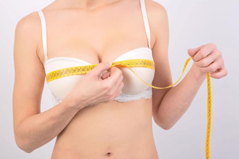 W doskonale dopasowanych miseczkach piersi nie tylko ładnie wyglądają, ale i dobrze się czują /123RF/PICSEL