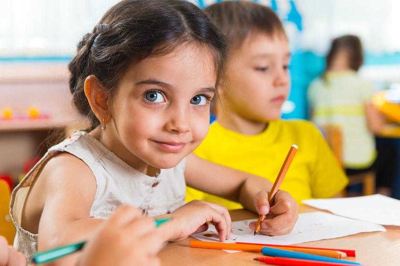 W doświadczeniach Montessori z dziećmi, przejście od pisania do czytania trwało 15 dni /123RF/PICSEL
