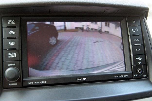W droższych autach cofanie ułatwiać może kamera /INTERIA.PL