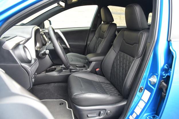 W droższych wersjach RAV4 zupełnie wygodny i nieźle wyprofilowany fotel kierowcy jest sterowany elektrycznie. Przeszywana w romby skóra przywodzi na myśl auta premium. /Motor
