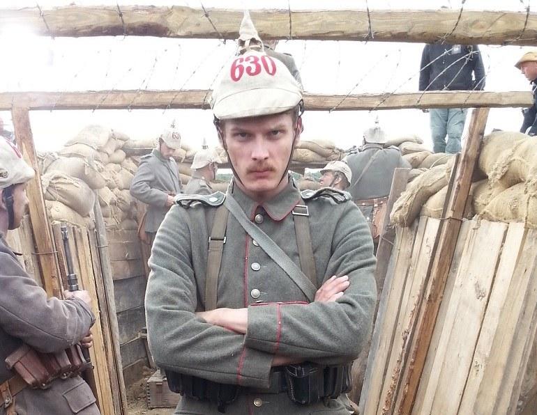 """W """"Dzwonach wojny"""" wystąpił m.in. Adam Fidusiewicz w roli niemieckiego kaprala musztrującego swoich żołnierzy. /www.fidusiewicz.pl /internet"""