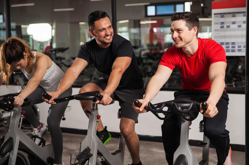 W eksperymencie uczestnicy mieli przejechać 30 minut na rowerku stacjonarnym /©123RF/PICSEL