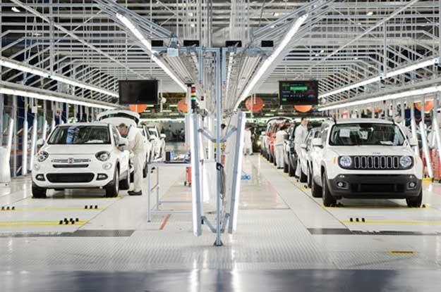 """W fabryce  Fiata w Melfi  produkowane są """"bliźniacze"""" Fiat 500X (z lewej) i Jeep Renegade /"""