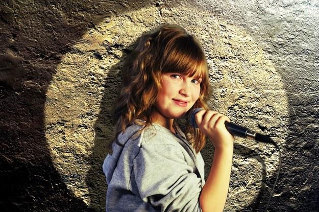 W gimnazjum zapisała się do kółka teatralnego działającego w ośrodku kultury /123/RF PICSEL