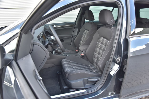 W GTD tapicerka wygodnych foteli jest szaro-czarna, w GTI ma czerwone akcenty. /Motor