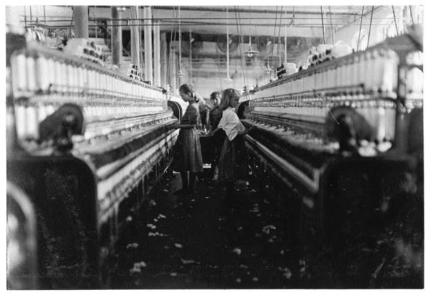 W II połowie XIX w. wraz ze wzrostem uprzemysłowienia, pogarszała się sytuacja robotników /Lewis W. Hine /PAP/EPA