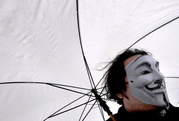 W internetowych starciu z ISIS, Anonimowi zwracaja się o pomoc do internautow /AFP