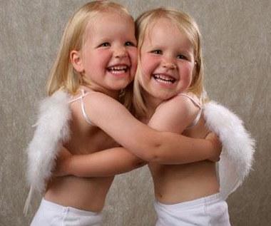 W jaki sposób chować bliźnięta