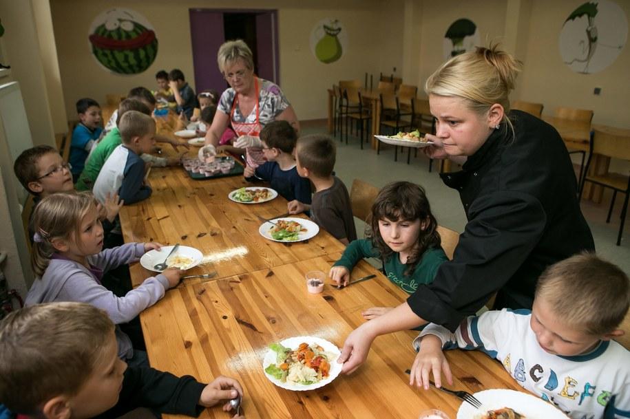 W jednej ze szkół we Wrocławiu działa program Zielony Lunch /Maciej Kulczyński /PAP