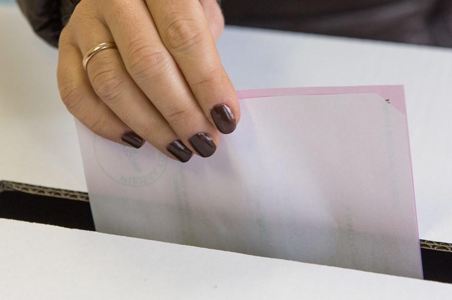 W jednym z lokali wyborczych wydano o jedną kartę do głosowania więcej niż było wyborców /Maciej Kulczyński /PAP