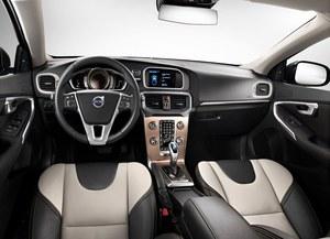 W kabinie Volvo V40 Cross Country panuje chłodny, szwedzki minimalizm. Nie zabrakło jednak stylowych gadżetów - lusterko wsteczne pozbawiono ramki, a gałka biegów jest podświetlana. /Volvo