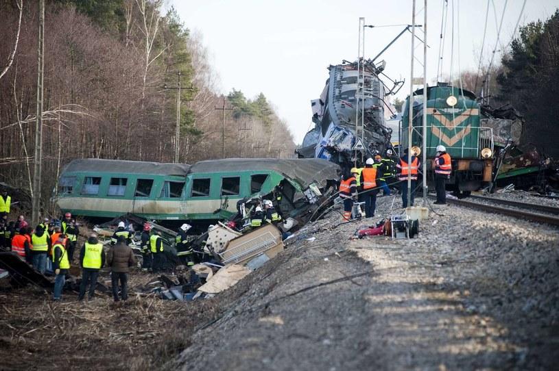 W katastrofie pod Szczekocinami zginęło 16 osób /AFP