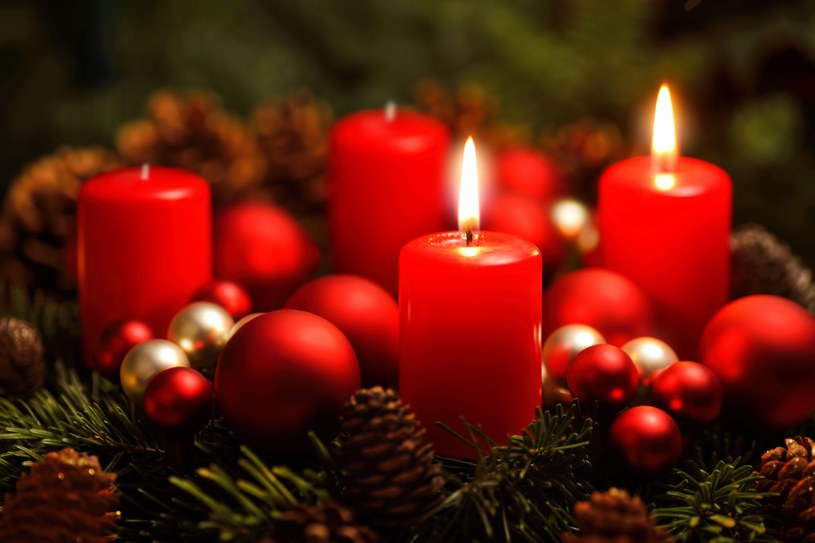 W każdą niedzielę Adwentu zapalana jest kolejna świeca w adwentowym wieńcu /©123RF/PICSEL