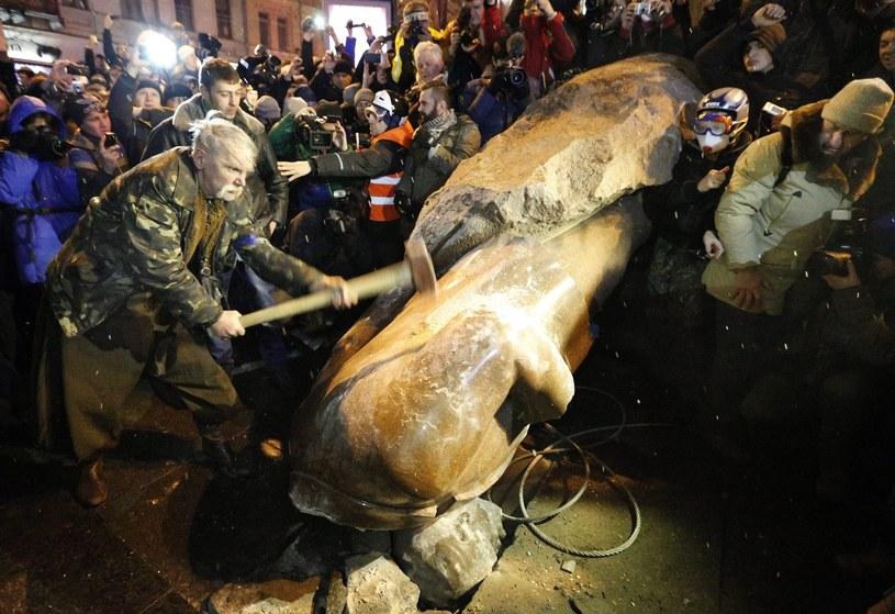 W Kijowie przewrócono i zniszczono pomnik Lenina /PAP/EPA