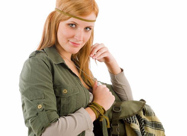 W kolorze khaki nie każda kobieta wygląda dobrze /© Panthermedia