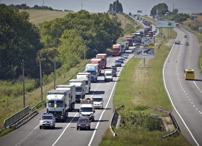 W kolumnie jedzie 287 pojazdów /SERGEI KOZLOV /PAP/EPA