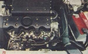 W komorze silnika jest bardzo mało miejsca. /Motor