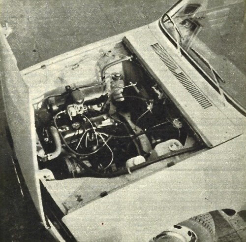 W komorze silnika sporo miejsca jest niewykorzystane, gdyż konstruktorzy chcieli użyć płyty podłogowej Renault 12 również i do modelu coupé 15/17, znacznie niższego i wymagającego większej długości nadwozia. Dostęp do wszystkich zespołów silnika bardzo dobry. /Motor