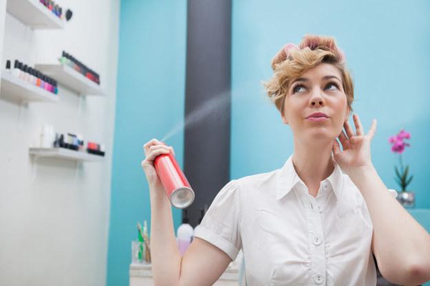 W końcówki włosów możesz też wcierać olejki lub oliwę. /123/RF PICSEL