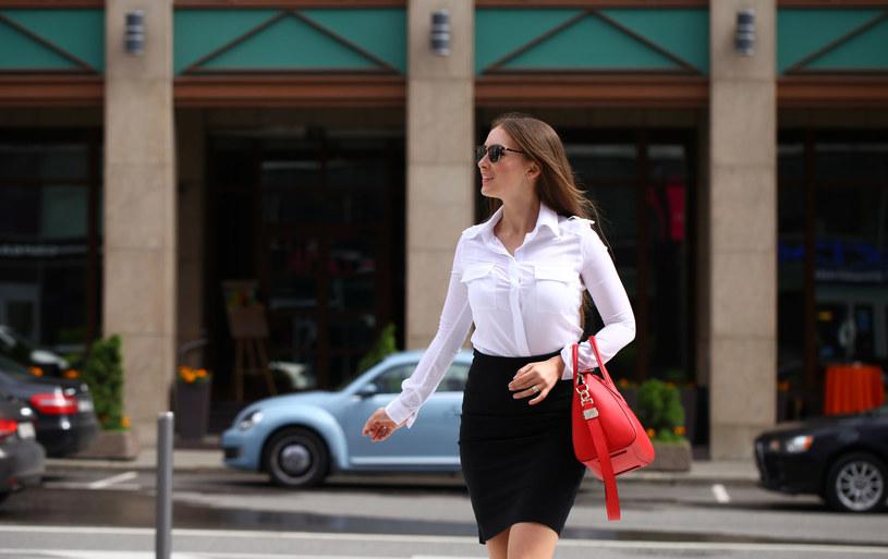 W koszulowej bluzce można iść nie tylko do pracy /©123RF/PICSEL