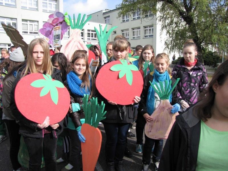 W krajach Unii Europejskiej rocznie marnuje się 86 mln ton żywności . W Polsce 9 mln ton, z czego aż 2 mln ton jedzenia wyrzuca się w gospodarstwach domowych /Anna Kropaczek /RMF FM