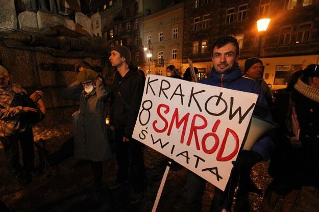 W Krakowie lokalnym władzom nawet przez myśl nie przejdzie, by ze względu na jakieś tam niewidoczne dla oka mikronowe drobinki skłaniać mieszkańców do pozostawiania aut na parkingach /Fot. Jan Graczyński /East News