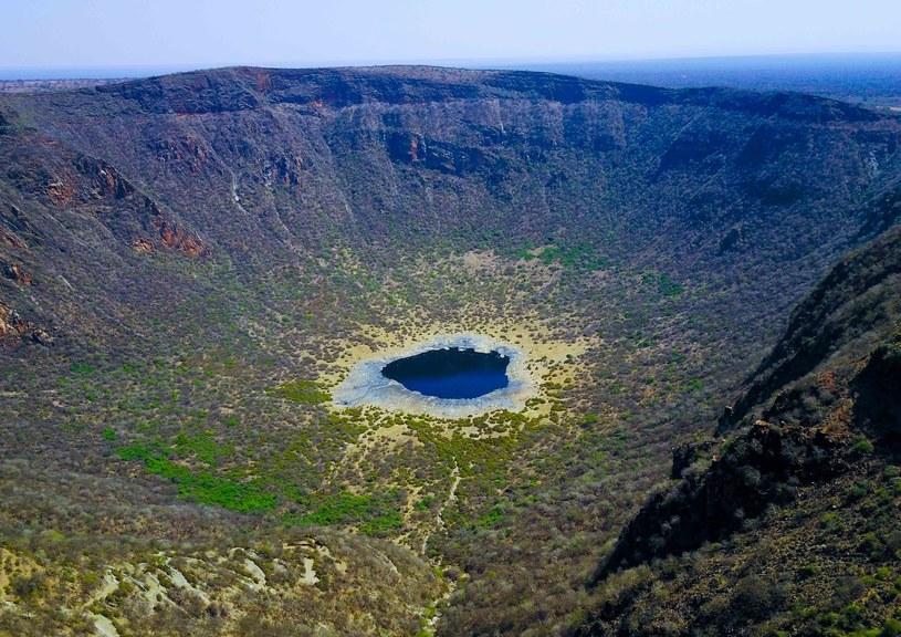 W kraterze nieczynnego wulkanu powstało słone jezioro. To coś więcej niż tylko ładny widok /East News