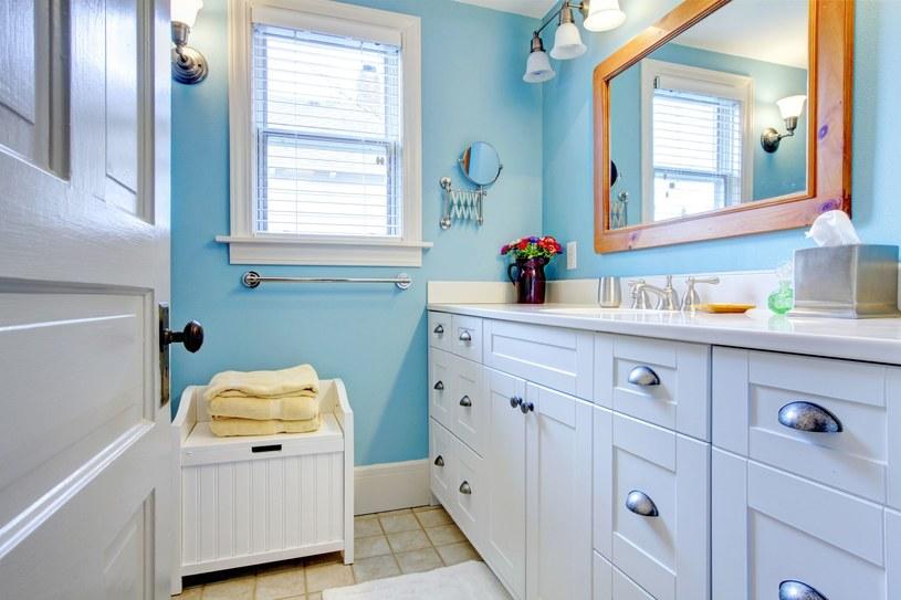 W łazience, która ma okno, dobrym pomysłem jest odpowiednia jego dekoracja /©123RF/PICSEL