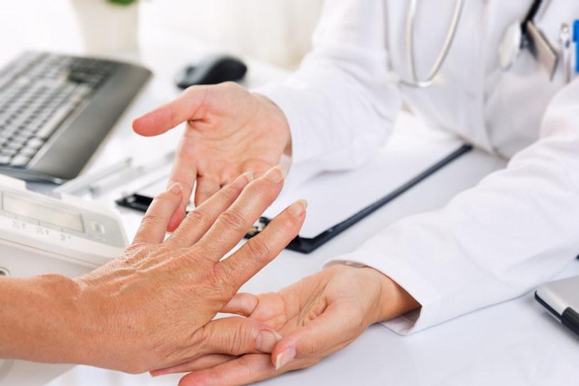 W leczeniu reumatyzmu powinno stosować się rośliny i mieszanki ziołowe, które odkwaszają organizm i oczyszczają wątrobę /©123RF/PICSEL