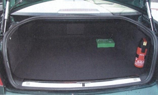 W limuzynie klasy średniej bagażnik mógłby być nieco większy. Tylko 400 l to mniej niż oferują konkurenci. /Motor