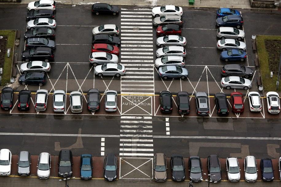 W lutym zarejestrowano w naszym kraju 35 tys. 893 samochodów osobowych oraz dostawczych /Tomasz Gzell /PAP