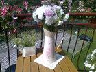 w małej konewce kwiaty zebrane na łące a w wazonie kwiaty z działki