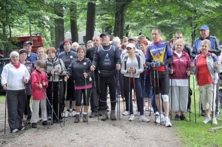 W marszu nordic walking wzięło udział prawie sto osób. /strzelecopolski.pl