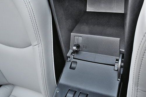 W Maździe MX-5 uchwyt zwalniający klapkę wlewu znajduje się w... zamykanym schowku między oparciami. Jak ktoś nie wie gdzie szukać – nie znajdzie. /Motor