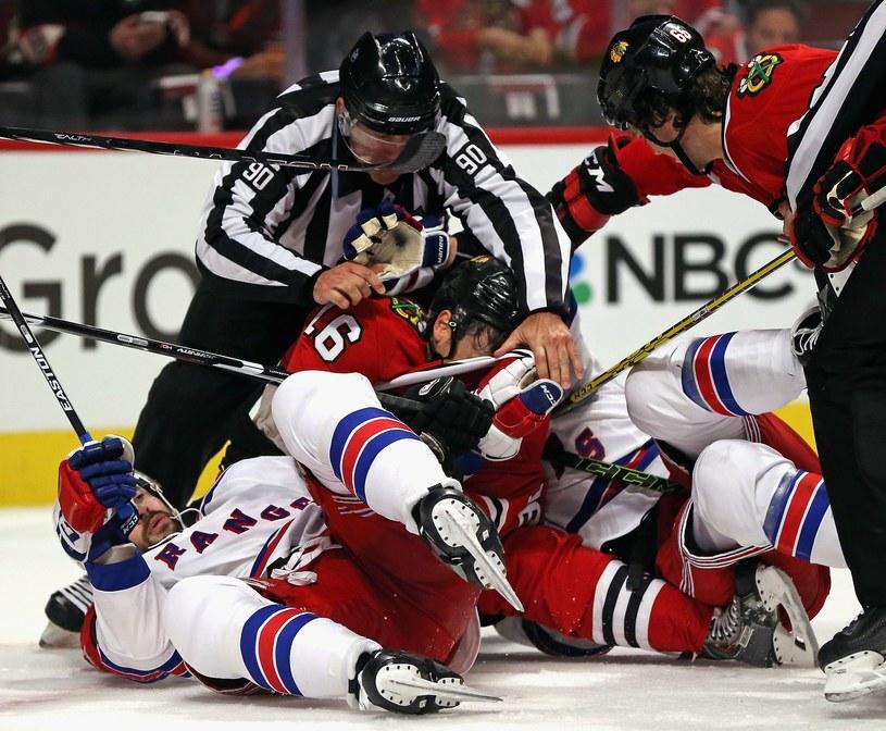 W meczu Blackhawks z Rangers, jak zawsze w NHL, nie brakowało ostrych starć /AFP