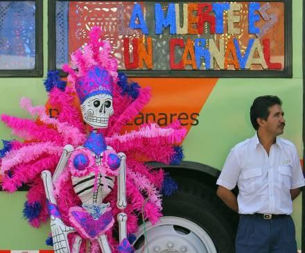 W Meksyku metafizyczne pojmowanie śmierci łączy się z radosną zabawą /AFP